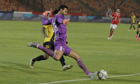 إيقاف حارس الأهلي الشناوي لأربع مباريات بسبب سلوكه غير الرياضي - كرة القدم المصرية - رياضة