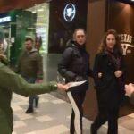 ريبورتاج – السويد: غياب القيود المتعلقة بفيروس كورونا يدفع ناشطين للقيام بحملات توعية وتوزيع الكمامات
