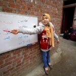 هذه الفتاة البالغة من العمر 12 عامًا من مصر تعلم جيرانها الصغار أثناء إغلاق المدرسة وسط جائحة